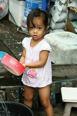 cute girl with plastic water scoop (the foreign photographer - ฝรั่งถ่) Tags: cute girl child plastic water scoop khlong thanon portraits bangkhen bangkok thailand canon kiss