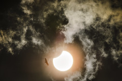 Eclipse Solar Parcial / Partial Solar Eclipse (Hélder Santana) Tags: céu ceu sky sol sun solar eclipse eclipsesolar solareclipse passira pe pernambuco brazil brasil héldersantana heldersantana santana hdsantana pássaro ave bird natural light luz naturallight luznatural clouds nuvens chiaroscuro dark lowkey hiperfocal lens zoom nikon nikkor 80200 28 f28 8020028 nikon80200mmf28 nikon80200mmf28ded nikkor80200mmf28d nikkor80200mmf28 80200mm28 80200mmf28 teleconversor teleconverter tc200 nikontc200 nikonteleconverter teleconverter2x nikonteleconverter2x teleconversor2x teleconversornikon2x filter filtro cirpl hoyacircularpolarizer hoyahd circularpolarizer polarizer d7000 nikond7000 d7k negro vulture asas wings abutre urubu astronomia astronomy astrofotografia astrophotography