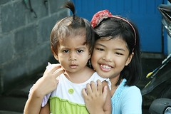 cute sisters (the foreign photographer - ฝรั่งถ่) Tags: two cute girls sisters khlong thanon portraits bangkhen bangkok thailand canon kiss