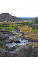 river bed below (ekelly80) Tags: montana makoshikastatepark june2017 summer roadtrip keisgoesusa badlands glendive geology scenery hike trail view riverbed lookdown below green colors meadow grass rocks rockformations hills monutains valley