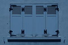 Dans le bleu (Pi-F) Tags: fenêtre volet monochrome bleu fermeture géométrie