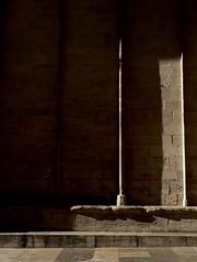 espace ombre ou lumière? (agnès moisuc) Tags: statut mur cathédrale bourgogne colone colonne