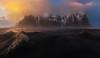 Esperando la buena luz (Toni_pb) Tags: islandia iceland ice minimalist mountain mystic montaña mistico stokksnesmountain stokksnes warm wild landscape paisaje panorama panoramica pano panoramic puntodefuga clouds colors cloudy cielo contrast nikon nature nikkor1424f28 naturaleza nubes d810 dawn sunset sky