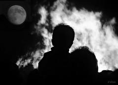 Era a noite de San Xoan (Franco D´Albao) Tags: francodalbao dalbao lumix composición composition fuego fire gente people luna moon sanjuan sanxoan saintjohn hoguera bonfire bn bw