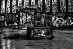 Le paradis des enfants...!!! / Children's paradise...!!! (vedebe) Tags: abandonné decay urbain urbex ville city rue street noiretblanc netb nb bw monochrome tag architecture