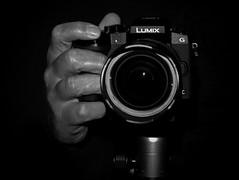 """Flickr Friday""  #MyRightHand (heinzkren) Tags: panasonic lumix selfie selbstauslöser selftimer self taschenlampe torch light lamp lighting lowkey beleuchtung lowlight unterbelichtung kamera hand schwarzweis blackandwhite monochrome noiretblanc"
