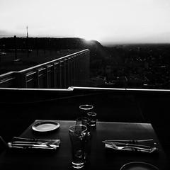 Aux premières loges pour un souper... (woltarise) Tags: streetwise brasserierestaurant lesenfantsterribles montréal 44eetage villemarie place montroyal soleil coucher souper