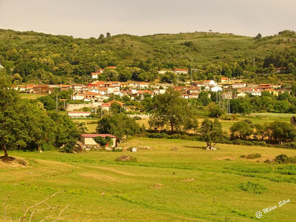 Águas Frias (Chaves) - ... o lameiro ... a Aldeia ... e o monte ...
