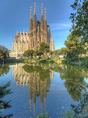 Basílica de la Sagrada Familia (José M. Arboleda) Tags: hdr agua lago reflejo basílica sagradafamilia iglesia gaudí barcelona españa canon eos 5d markiv ef1635mmf4lisusm jose arboleda josémarboleda