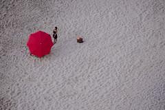 [ Cantando dietro i parasole - Singing behind shades ] DSC_0877.R2.jinkoll (jinkoll) Tags: umbrella sand beach people girl gal bag feet aerial tropea calabria minimal red