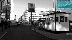 Checkpoint Charlie (Berlín / Alemania) (jsg²) Tags: berlin deutschland alemania berlín jsg2 fotografíasjohnnygomes johnnygomes fotosjsg2 unióneuropea europa europe ue europeanunion postalesdelmusiú germany federalrepublicofgermany bundesrepublikdeutschland easterngermany repúblicademocráticaalemana deutschedemokratischerepublik ddr rda guerrafría berlíneste germandemocraticrepublic gdr coldwar checkpointcharlie berlinergrenzübergänge berlinermauer murodeberlín checkpointc berlinwall eastberlin westberlin friedrichstrase