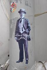 Léo & Pipo (emilyD98) Tags: street art insolite sticker autocollant paris léo et pipo institut du monde arabe poteau 5 ème 75005 urban exploration city ville rue léopipo