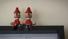 PAREJA - COUPLE (jpi-linfatiko) Tags: par pareja couple twosome two dos monitos madera wood juguetes toys regalo gift ni d5200 sigma1770 adornos ornaments detail detalle little pequeños miniaturas miniatures