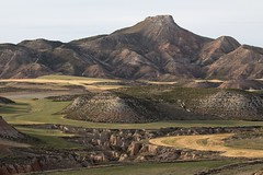 El Monje (RubénRamosBlanco) Tags: naturaleza nature paisaje landscape erosión erosion hill cerro cultivos cereal crops fields cárcavas gullies color primavera spring elmonje bardenasnegras navarra