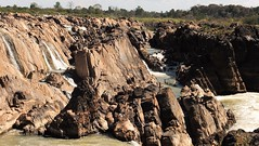 #Cambodia La impresionante geología del lecho del Río Mekong°°The amazing geology of Mekong River in Preah Romkel°°#カンボジア。 素晴らしいメコン川の河川敷。 [ プア・ルムケル] (Soros004B) Tags: camboya cambodia mekongriver riomekong lechodelrio riverbed geologia geology planethistory history historia bedrock riverbank water agua カンボジア メコン川 textura texture planet ourplanet planeta hydrology geomorphology