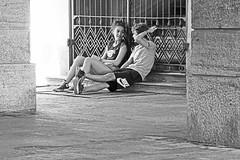 Deux amoureux ... ? Peut-être ! (florenceurban) Tags: noiretblanc amoureux doisneau