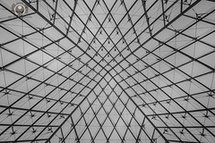 Musee du Luvre (alex.gube) Tags: paris winter louvre musee museum architecture buildings centre bw black white monocrome glass iron pyramid france people art