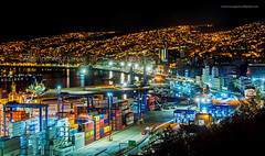 NOCHE EN EL PUERTO DE VALPARAISO, CHILE (Mauricio Vega Larrea) Tags: val valpo valparaiso puerto prat muelle 21 mayo nikon sigma 1020 7100 contiener barco caleta edificios nocturna nightphotos conteiner