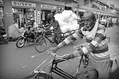 India 22 (Eloy Rodríguez (+ 6.600.000 views)) Tags: rickshaw ricksha auto tuktuk tuctuc mototaxi autoricksha bicycle bike wheel fatehpursikri retrato pennameenakakundstepwell pennameena stepwell pozo girls colorido mausoleoitimaduddaulah littletajmahal petittaj tajmahal greatgateway shajahan mumtaz fuertedeagra agrafort yamuna rioyamuna mogol imperiodelosmogoles religion islam budismo sijismo sick arquitectura mezquita masjid tumba tomb mehmankhana casahuéspedes turismo monumentos marmol cúpulas jardines charbagh cuatrojardines flores fuentes agua paraiso mármol marble mausoleo rajasthan uttarpradesh sikri delhi agra jaipur india rupias rupees pobreza riqueza gente eloyrodriguez potd:country=es bw blancoynegro monocromático