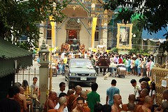 bird's eye view of front of main chapel (the foreign photographer - ฝรั่งถ่) Tags: main chapel bot wat prasit mahathat monks buddha images kings portrait buddhist lent bangkhen bangkok thailand birds eye view pickup truck people