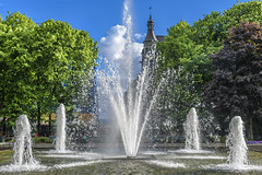 Oslo - Fountain In The Park (dietmar-schwanitz) Tags: oslo norge norway norwegen skandinavien scandinavia karljohansgate park springbrunnen fountain himmel sky bäume trees wasser water blau blue grün green nikond750 nikonafsnikkor24120mmf40ged lightrom dietmarschwanitz