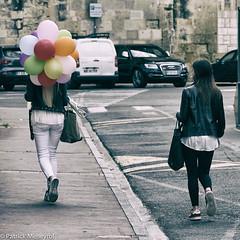 chrome balloon (pat 19) Tags: rue street streetpic streetphoto photoderue rx rx10 sonyrx10 girls ballon balloon