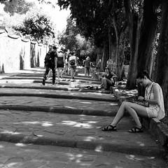 26i0617 (photo & life) Tags: italia italie city street streetphotography photography photolife™ jfl florence europe fujifilm fujinon fujifilmxpro2 fujinonxf14mmf28r 14mm blackandwhite noiretblanc women beauty squareformat squarephotography humanistphotography