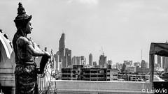 Wat Saket, avec le Mahanakhon en arrière plan (Lцdо\/іс) Tags: mahanakhon lцdоіс bangkok thailande thailand thailandia wat watsaket travel noiretblanc blackandwhite white black bw citytrip tower