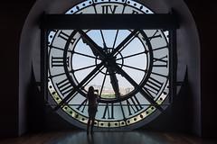 El gran reloj - Museo de Orsay (Juan Ig. Llana) Tags: paris îledefrance francia reloj números museo orsay sagradocorazón sacrécoeur mujer chica joven fotógrafa contraluz círculo redondo