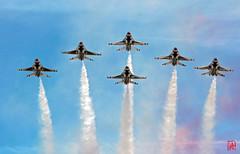 La patrouille acrobatique des Thunderbirds, invitée pour le défilé aérien  du 14 juillet 2017. Depuis le toit de la Grande Arche réouvert il y a à peine un mois ! 2/4 (mamnic47 - Over 7 millions views.Thks!) Tags: 14072017 14juillet2017 canon70200mm patrouilleacrobatiquedesthunderbirds lockheedmartinf22araptor usairforce alfajete f16 6c8a7695 toitdelagrandearche f16fightingfalcon