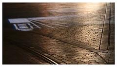 Lumières et projection (Pi-F) Tags: lumière nuit reflet projection montepellier tramway rail pavé géométrie triangle ligne raie alignement
