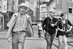 Kaiserslautern Street Mann mit 2 Frauen b&w (rainerneumann831) Tags: bw blackwhite street streetscene ©rainerneumann urban monochrome candid city streetphotography blackandwhite mann frauen hut portrait kaiserslautern