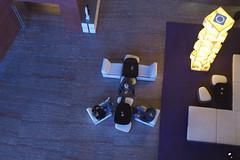 Estancias mínimas. (elojeador) Tags: hotel hotelmeliá hotelmeliábilbao meliábilbao hall vestíbulo mesa silla sillón hombre chico reunión charla lámpara mármol suelo puerta moqueta ysonámbulas elojeador