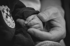 (priscilakiba) Tags: blackandwhite bw bnw pretoebranco pb family baby mãos hands