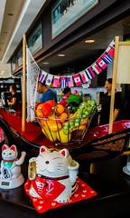2017-06-16 – Made in Japan (La souris déglinguée) (Robert - Photo du jour) Tags: juin 2017 regarddunjour madeinjapan lasourisdéglinguée chat resto restaurant restaurantjaponais comptoir drapeaux chinois déjeuner osaka