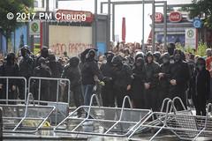 Protest gegen G20 - Blockadeaktionen: Colour the red zone - 07.07.2017 - Hamburg - IMG_2253 (PM Cheung) Tags: schulterblatt plünderungen g20 hamburg welcometohell demonstration schwarzerblock protest g20summit krawalle ausschreitungen umsganze colourtheredzone shutdownthelogisticsofcapital polizei kundgebung fischmarkt roteflora schanzenviertel pmcheung wasserwerfer blockaden räumpanzer 2017 demo mengcheungpo gewerkschaftsprotest tränengas facebookcompmcheungphotography g20gegner 07072017 krisenpolitik blockupy hansestadt hartmutdudde polizeirepression camp kapitalismus usk partypolizei pomengcheung antikapitalismus g202017 gipfelgegner blockadeaktionen grosdemonstration gipfelprotest hamburgermesse donaldtrump angelamerkel euflüchtlingspolitik kurden türkei interventionistischelinke grenzenlosesolidaritätstattg20 grosdemonstrationgegeng20 landungsbrücken millerntorplatz hamburgaltona altona pferdemarkt
