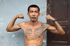 tattooed tough guy (the foreign photographer - ฝรั่งถ่) Tags: tattooed tough guy flexing muscles showing off biceps khlong thanon portraits bangkhen bangkok thailand canon kiss