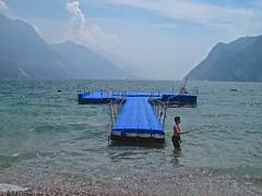Bagnarsi nel lago. (sangiopanza2000) Tags: rivadelgarda trentino italia italy sangiopanza lago lake pontile pieracqua water bagnante