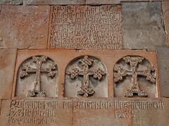 Khor Virap (Armenia). Monasterio. Capilla de San Gregorio el Iluminador. Cruces e inscripción sobre la portada (santi abella) Tags: khorvirap armenia