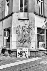 Down on the corner (4) (kceuppens) Tags: hoek corner stad city antwerpen antwerp belgium belgie nikon d810 nikond810 nikkor 2470 28 nikkor247028 blackandwhite black white zw zwart wit