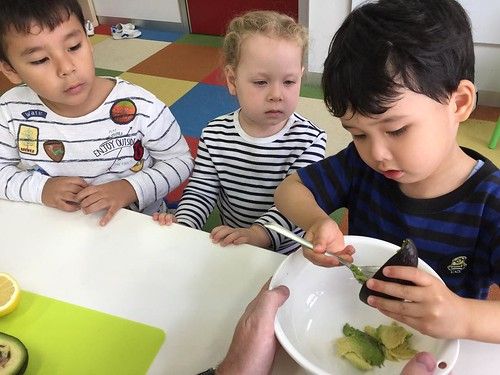 Making guacamole at Star Kids International Preschool, Tokyo. #starkids #international #preschool #school #children #kids #kinder #kindergarten #daycare #fun #shibakoen #minatoku #tokyo #japan #instakids #instagood #twitter #子供 #幼稚園 #保育園 #スターキッズ #インターナショナ