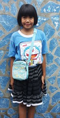 doraemon girl (the foreign photographer - ฝรั่งถ่) Tags: dscjun42016sony doraemon girl purse shirt blue wall khlong thanon portraits bangkhen bangkok thailand sony rx100