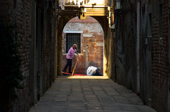 Sailing the back alleys (elizunseelie) Tags: venice italy europe city travel pentax k5 gondolier gondola alley sunlight dusk sunset golden hour man portrait street sailing oar