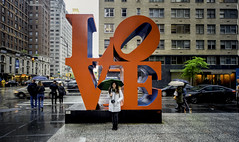 Love in the rain (R.o.b.e.r.t.o.) Tags: scultura robertindiana popart sixthavenue w55thstreet strade street people amore ombrello umbrella pioggia rain ragazza girl nyc architecture newyorkcity manhattan unitedstatesofamerica statiunitidamerica grattacielo skyscraper palazzo palace building lovesculpture ritratto portrait