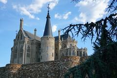04 astorga palacio episcopal gaudí (xabyjordi) Tags: caminosantiago camino santiago leon bierzo astorga roble bosque