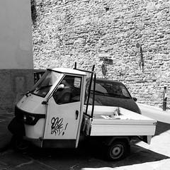 25i0617 (photo & life) Tags: italia italie city street streetphotography photography photolife™ jfl florence europe fujifilm fujinon fujifilmxpro2 fujinonxf14mmf28r 14mm blackandwhite noiretblanc squareformat squarephotography vespa