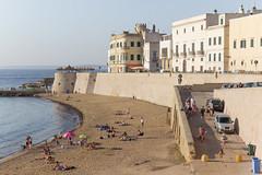 Gallipoli, lungomare con bagnanti (Angelo M™) Tags: gallipoli puglia lungomare mare spiaggia beach seaside sea landscape paesaggio tramonto sunset italia italy