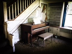 the song remains the same...(at moonlight and roses house) (Aces & Eights Photography) Tags: abandoned abandonment decay ruraldecay oldhouse abandonedhouse oldpiano abandonedpiano abandonedillinois