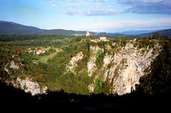 Škocjan, dorp aan de rand van een diepe doline, Slovenië 1986 (wally nelemans) Tags: škocjan doline slovenië slovenia slovenija 1986
