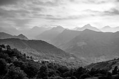 Asturias desde Pajares (ccc.39) Tags: asturias cordilleracantábrica pajares puerto lasubiñas naturaleza montes cordillera paisaje cielo nubes byn bw black sunset landscape monochrome mountains